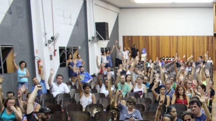 Foto da assembleia votando