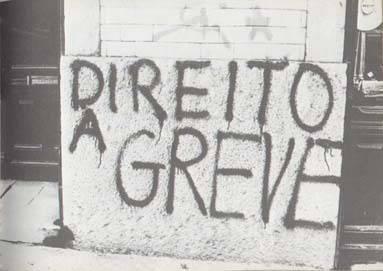 """Pichação: """"Direito a greve"""""""
