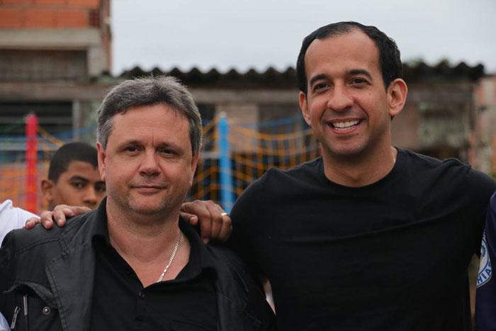Foto onde Fábio Pimentel abraça Paulo Alexandre Barbosa durante campanha eleitoral