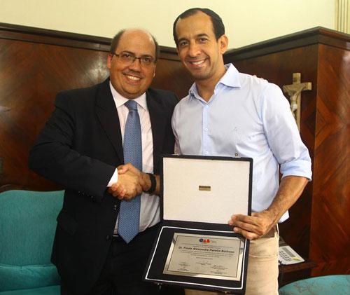 Presidente da OAB Santos, membro do Grupo de Trabalho, entregando placa de homenagem ao prefeito