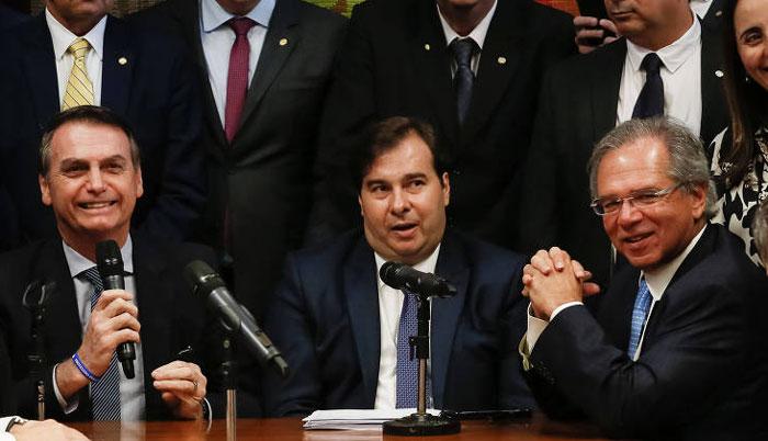 Foto com Bolsonaro Maia e Paulo Guedes rindo