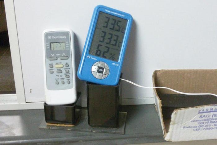 Ar condicionado quebrado na farmácia. Deveria estar com 17° C, mas está com 33° C.