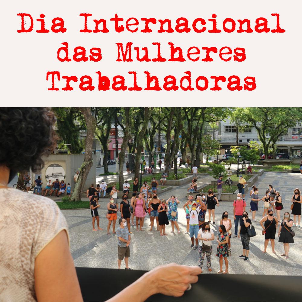 Foto de ato com várias mulheres na Praça Mauá