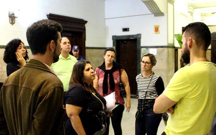 Foto dos servidores na entrega da reivindicação