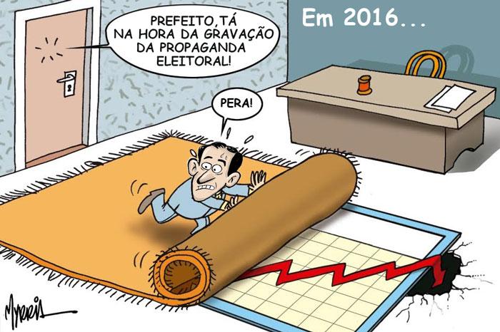 """Charge: """"Em 2016..."""". Alguém bate na porta e diz: """"Prefeito, tá na hora da gravação da propaganda eleitoral!"""". Paulo Alexandre responde """"Pera!"""" enquanto esconde gráfico negativo debaixo do tapete."""