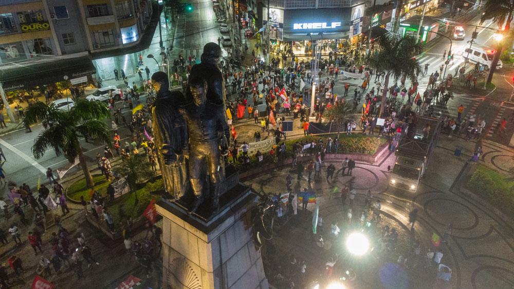 Imagem aérea do ato Fora Bolsonaro do dia 19/06/2021 na Praça Independência (Gonzaga) feita pelo coletivo Drones de Esquerda.