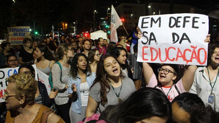Foto de ato em Santos no dia 03/10/2019 em defesa da Educação