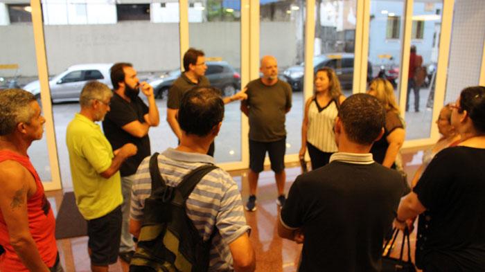 Servidores do almoxarifado reunidos no saguáo do prédio onde fica a Secretaria de Saúde