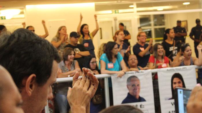 Servidores protestam dentro da Câmara