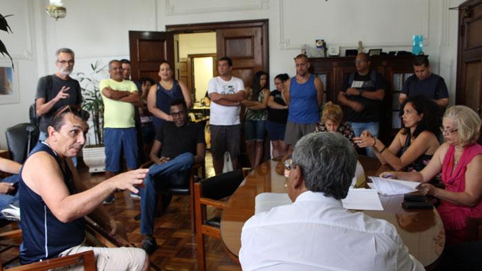 Servidores em reunião com o governo