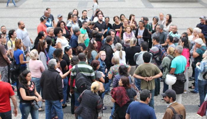Foto dos servidores reunidos na praça após ato