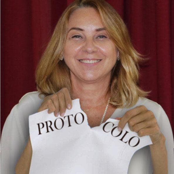 """Montagem com a Secretária de Educação Cristina Barletta rasgando um papel onde está escrito """"Protocolo"""""""