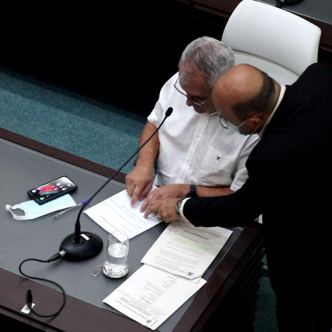 Foto do Secretário de Gestão mandando no que os vereadores deveriam votar a favor e contra