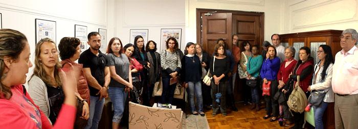 Foto dos servidores conversando com o Secretário de Gestão
