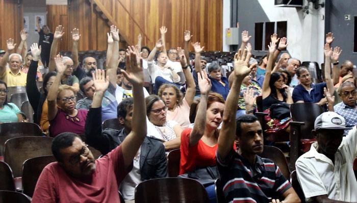 Foto dos servidores em assembleia votando