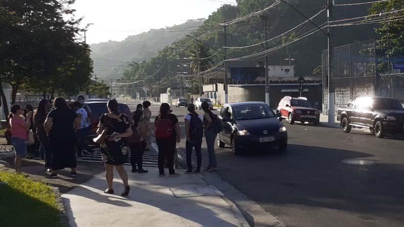 Professores e demais profissionais da Educação da UME Oswaldo Justo não entraram na unidade por falta d'água.
