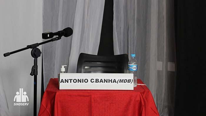 """Foto da cadeira vazia com a placa: """"Banha (MDB)"""""""