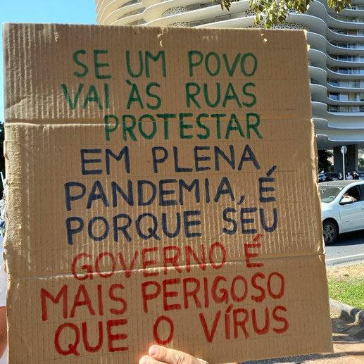 """Foto de um cartaz escrito: """"Se um povo vai às ruas protestar em plena pandemia, é porque seu governo é mais perigoso que o vírus"""""""
