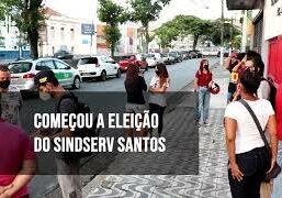 """Foto de frente da sede do sindicato com pessoas conversando e o texto """"Começou a eleição no SINDSERV Santos"""""""