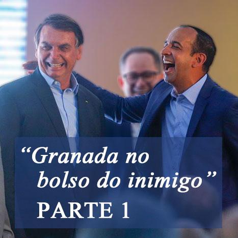 """Foto do Bolsonaro abraçado com o Paulo Alexandre, ambos gargalhando, com o texto: """"Granada no bolso do inimigo - PARTE 1"""" (Foto: Fernanda Luz)"""