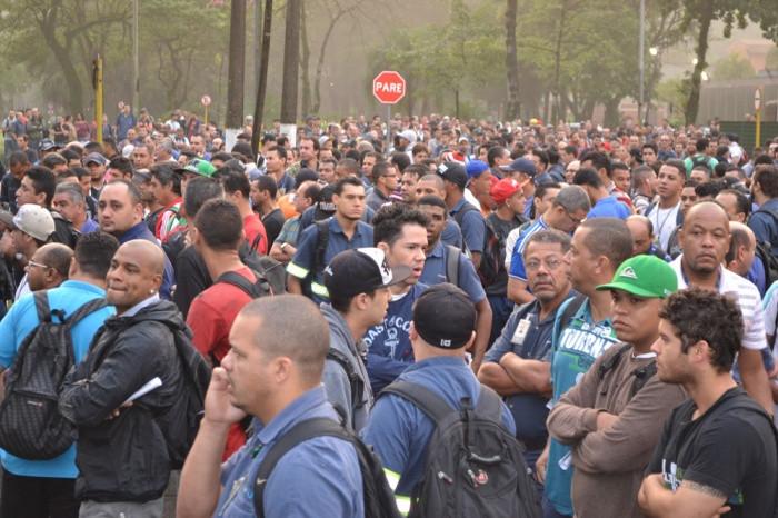 Foto dos trabalhadores em frente a Usiminas