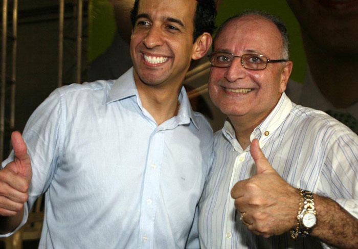 Foto de Eustázio e Paulo Alexandre sorrindo e fazendo zoinha.