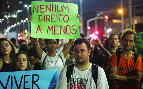 FOTO LEANDRO OLIMPIO Trabalhadores, estudantes e coletivos de mulheres levaram centenas às ruas de Santos, no dia 2 de abril, para protestar contra visita de Temer à cidade. Frente Sindical, presente!