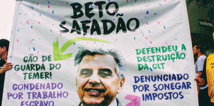 Membros da Frente Sindical Classista realizaram diversos escrachos em frente à residência de Beto Mansur, em Santos (SP)