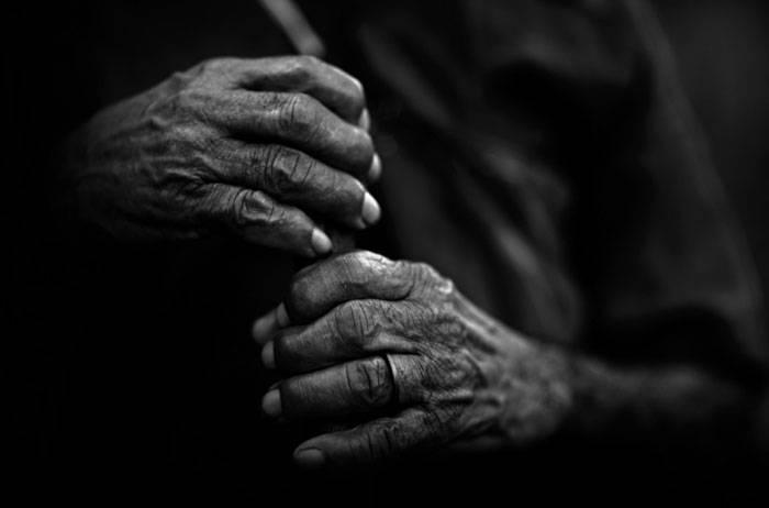 Ilustração: Mãos de um trabalhador idoso