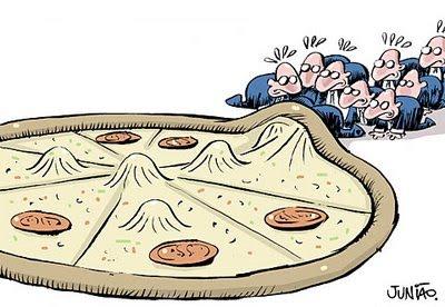 Charge: Políticos entrando debaixo de uma pizza gigante.