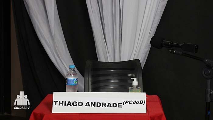 """Foto da cadeira vazia com a placa: """"Thiago Andrade (PC do B)"""""""